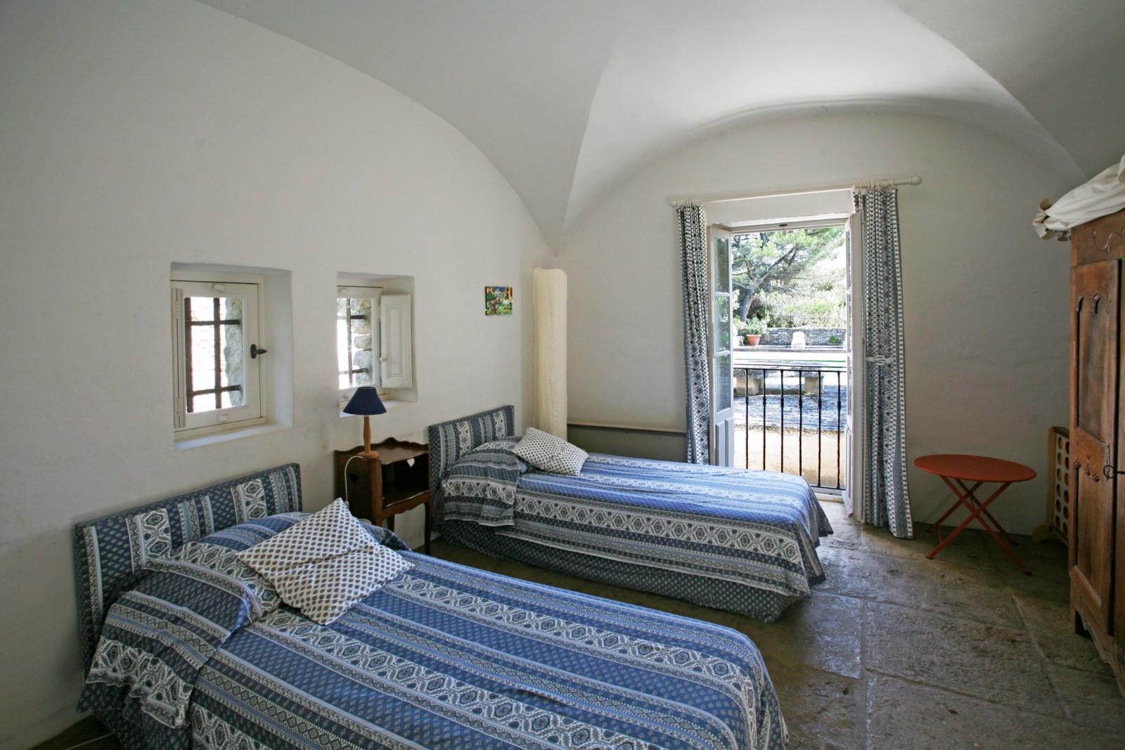 A Gordes, secteur très résidentiel, belle propriété avec tennis