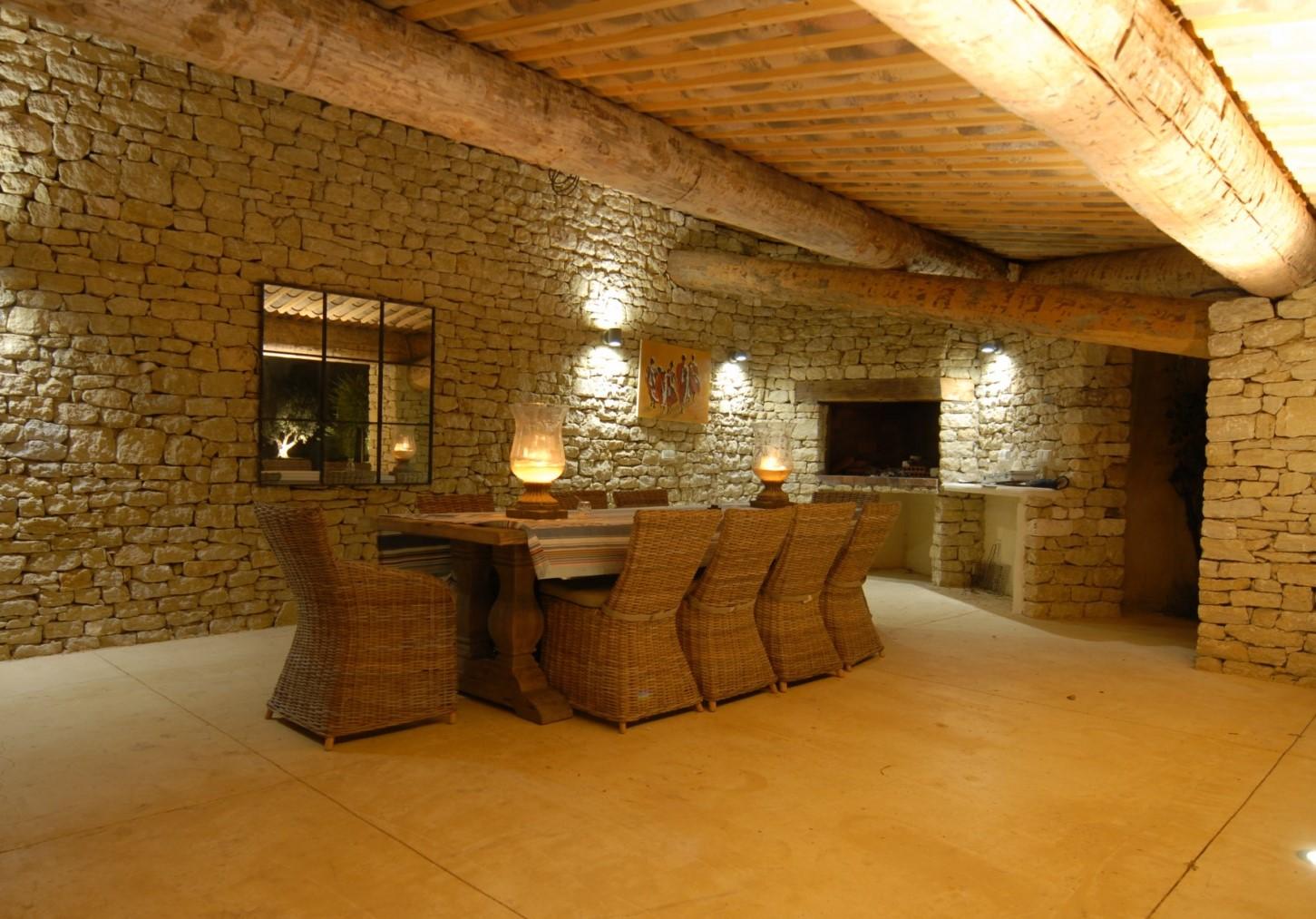 Pool house et piscine face au Luberon