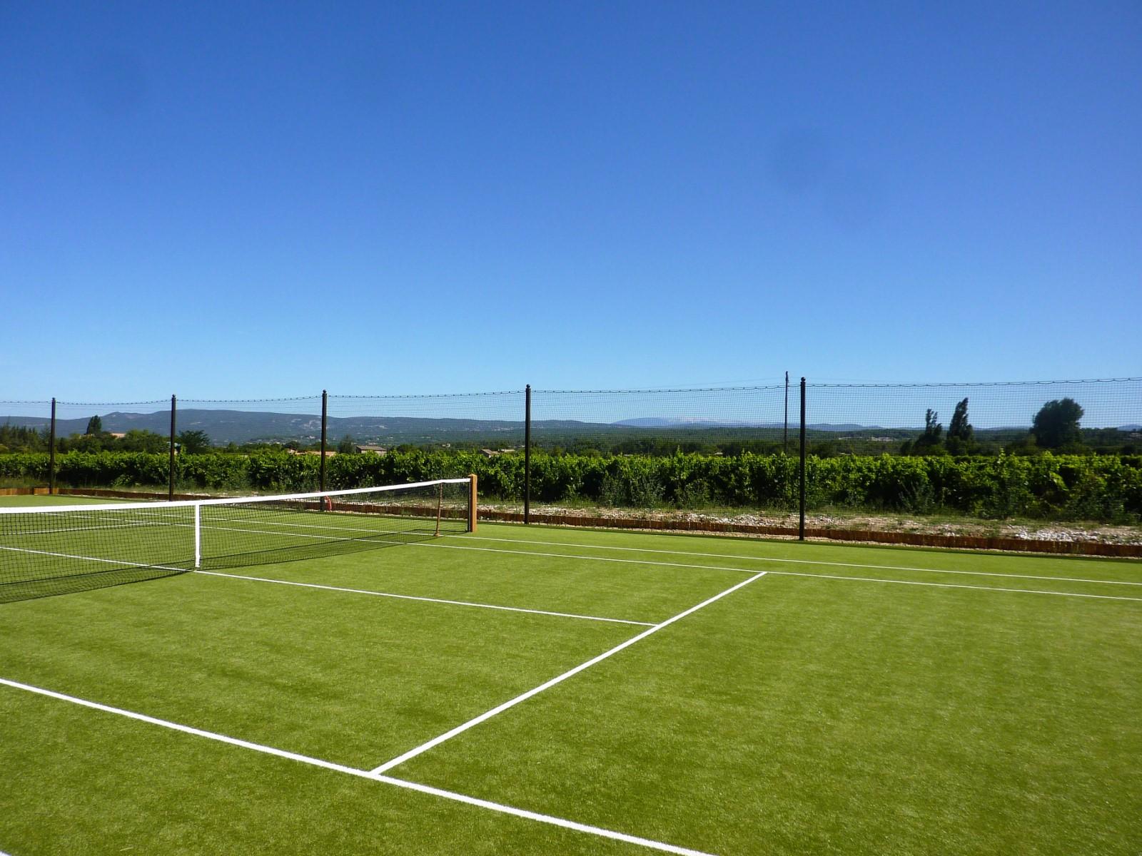 Tennis avec vue sur Ménerbes et le mont Ventoux