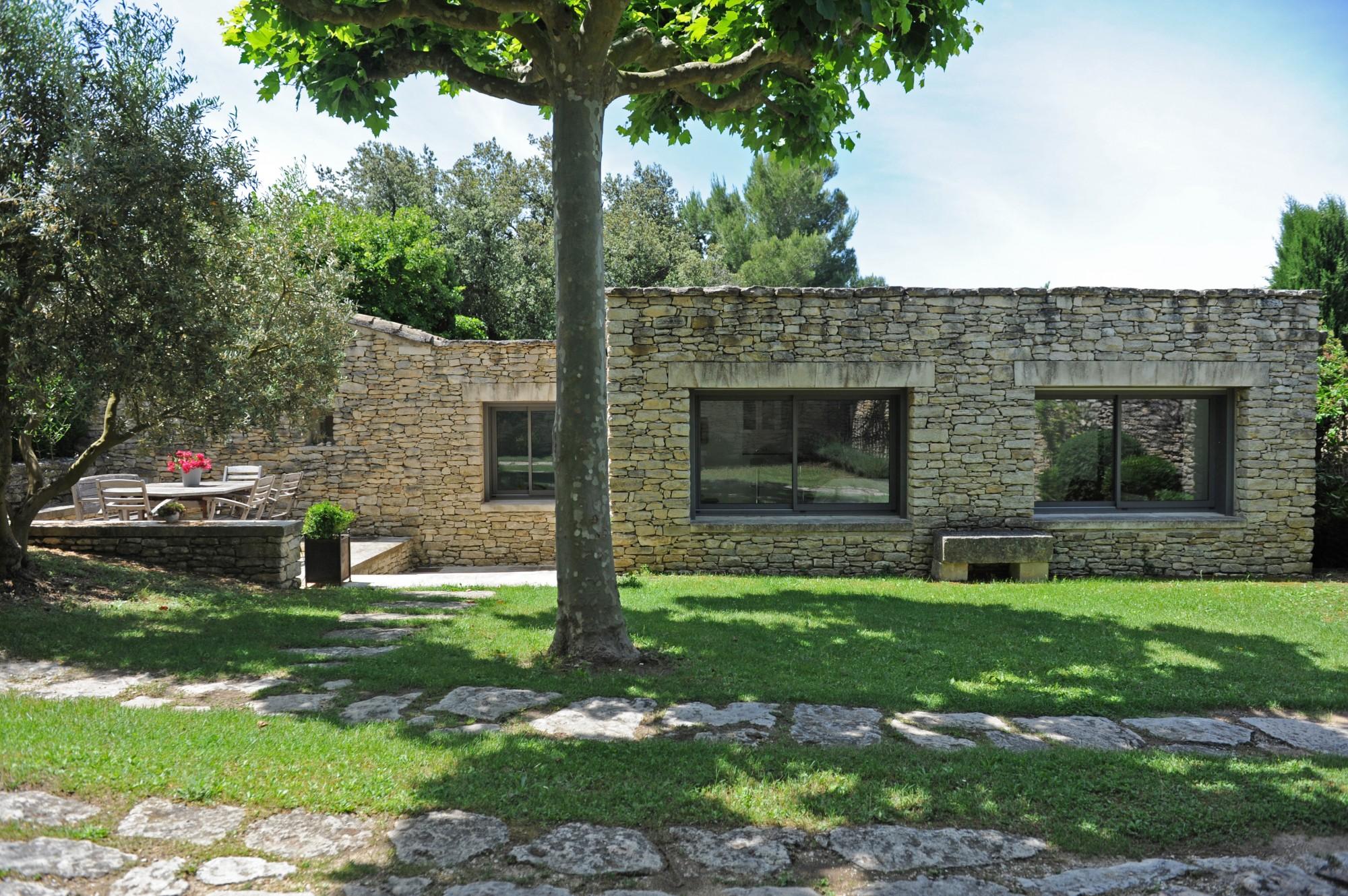 Gordes, à proximité immédiate du centre du village, maison de charme à louer.
