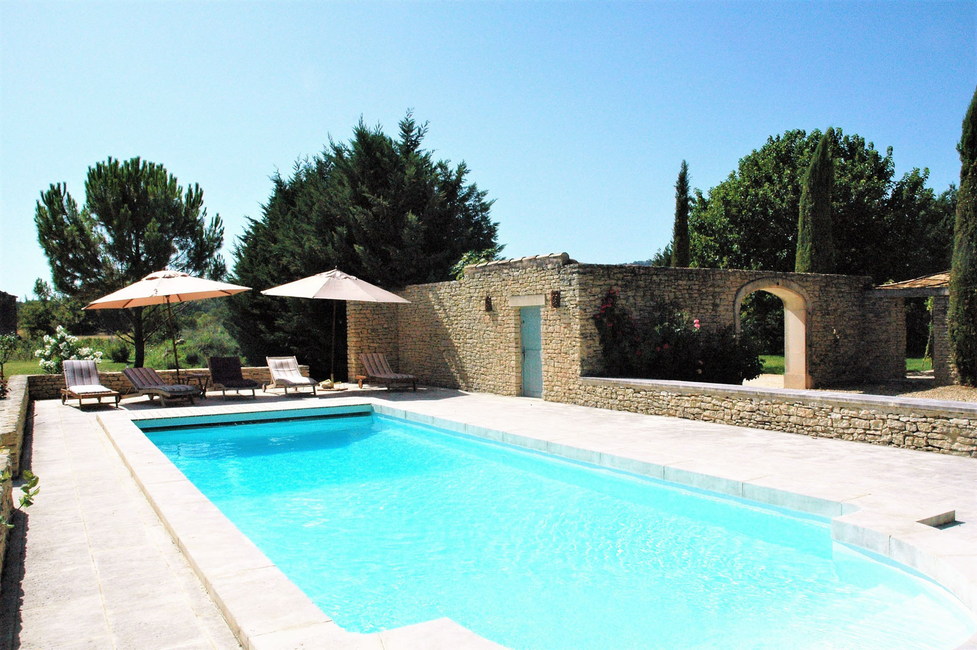 Seasonnal rental in luberon 5mn from gordes in the for Farmhouse with swimming pool
