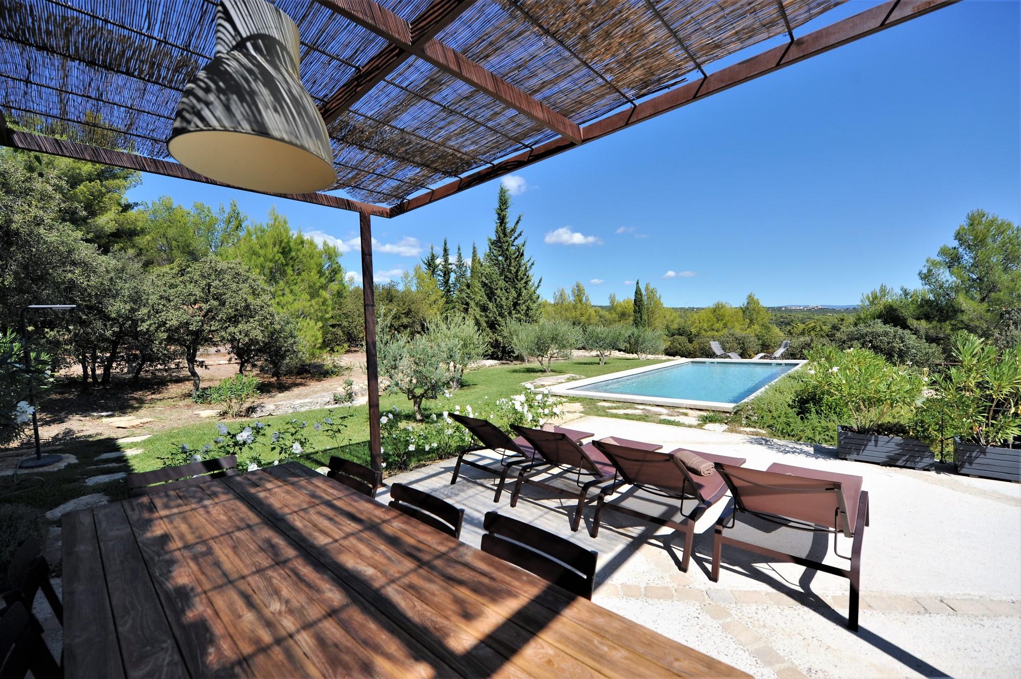 Proche du village de Gordes, propriété en pierres avec piscine et vues sublimes