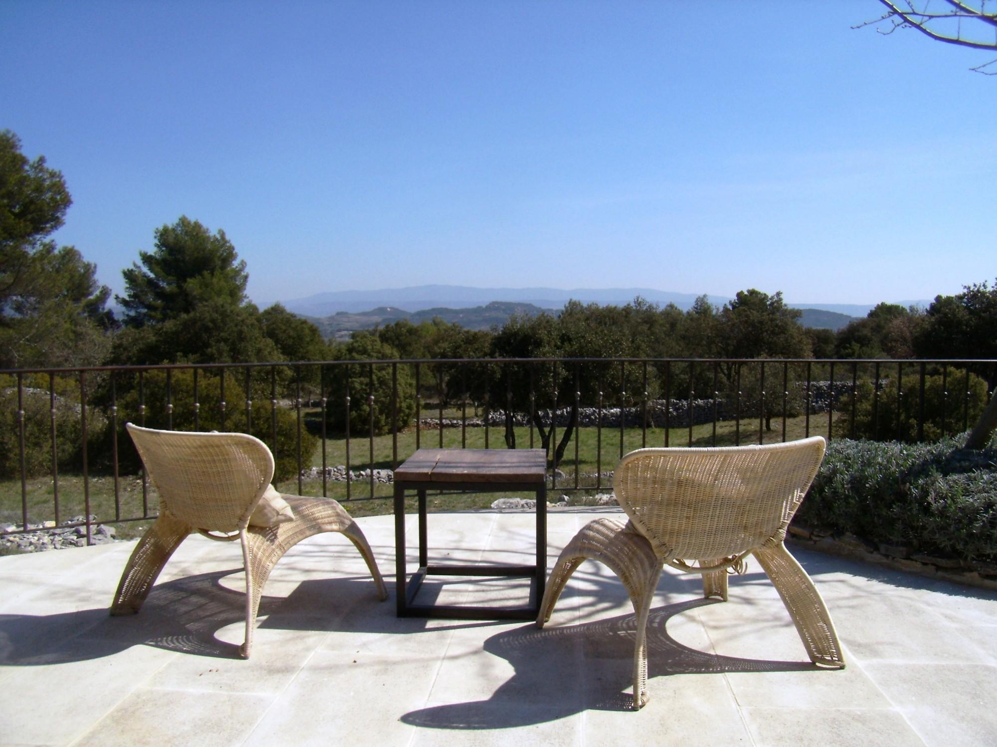 En Luberon,  proche de Gordes, à louer belle maison, en pleine nature