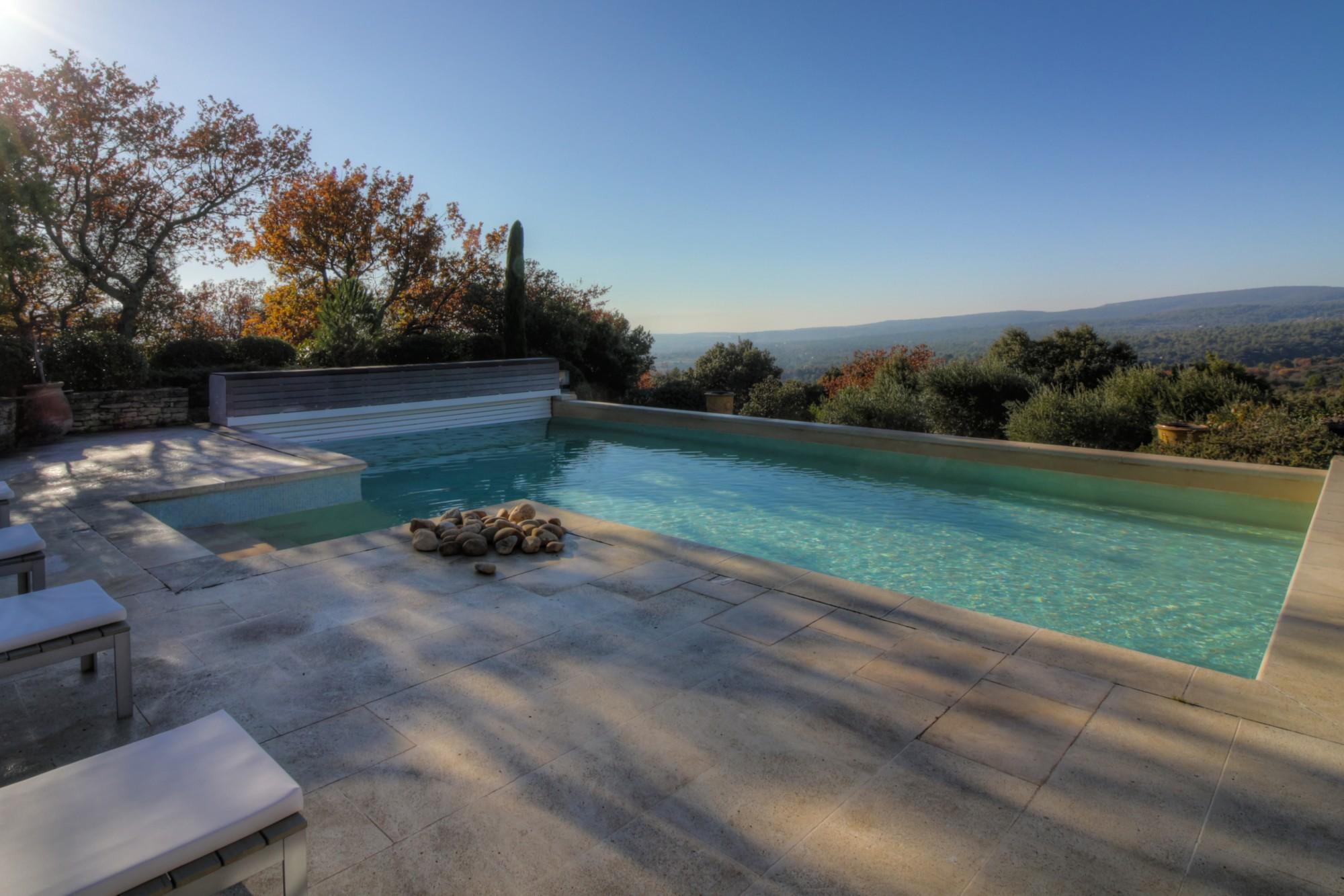 Gordes - A quelques minutes à pied du centre du village, superbe propriété en pierres avec piscine chauffée et dépendance