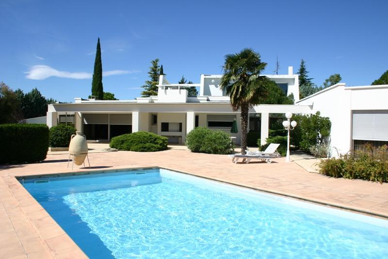 Ventes proche avignon maison contemporaine avec piscine et for Maison moderne avec piscine