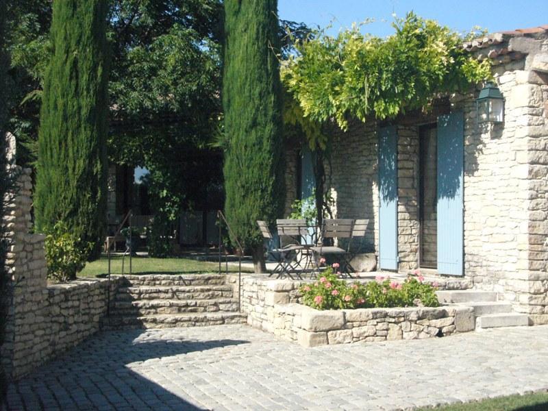 Ventes proche gordes maison de plain pied avec piscine et for Maison jardin piscine