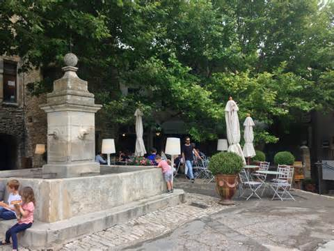Fontaine et rues pavées au coeur du village