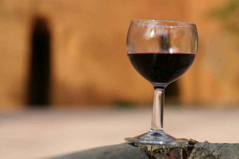 Un verre de vin sur fond d'ocre