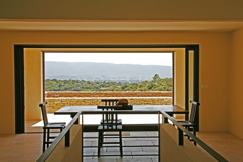 A Gordes, Location saisonni�re de prestige: Exemple unique d'architecture contemporaine int�gr�e dans son environnement de nature