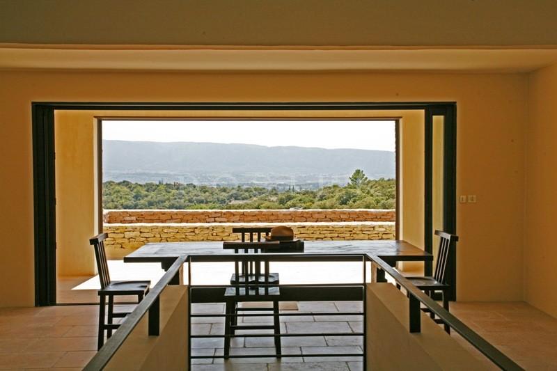 Location saisonni�re de prestige, � Gordes,  exemple unique d'architecture contemporaine int�gr�e dans son environnement de nature face au Luberon offrant des vues exceptionnelles