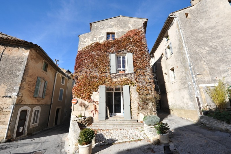 Ventes maison de village avec possibilit de commerce en for Chambre de commerce d avignon