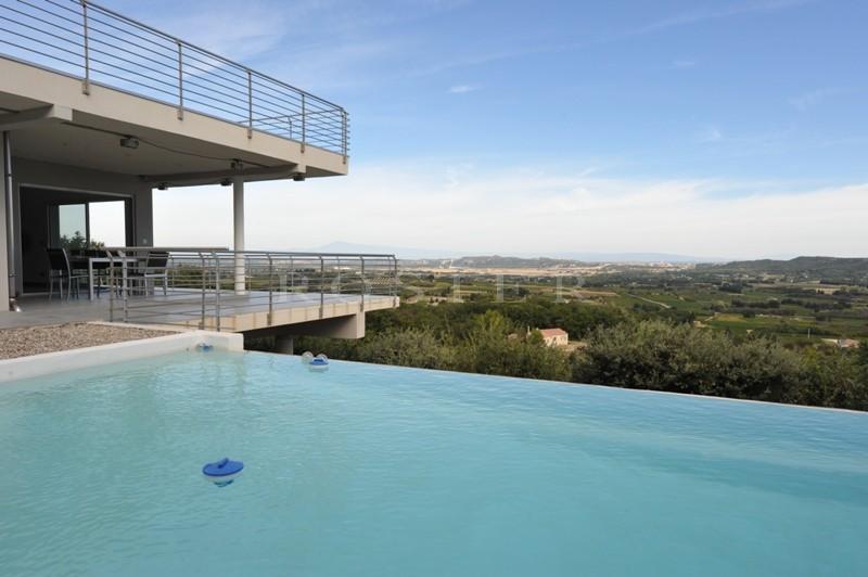 Ventes a vendre proche d 39 avignon maison contemporaine en for Maison avec piscine a debordement