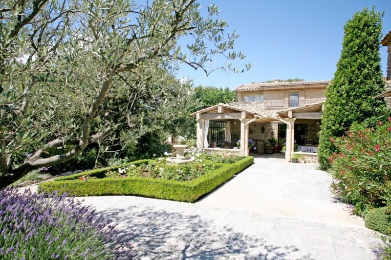 Ventes en luberon vendre maison aux beaux volumes avec for Belles terrasses amenagees