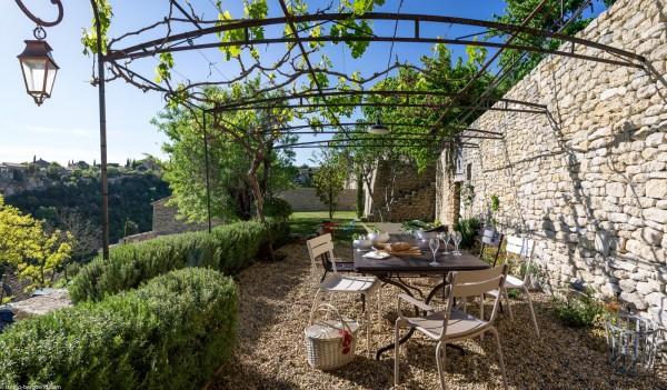 A louer pour vos vacances à Gordes, maison de charme avec jardin d'exception.