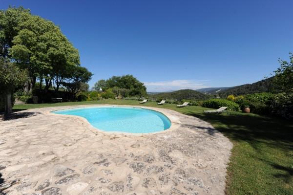 Vue spectaculaire et dominante depuis la piscine et le jardin