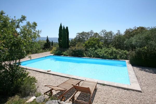 Vue sur le Luberon depuis la piscine