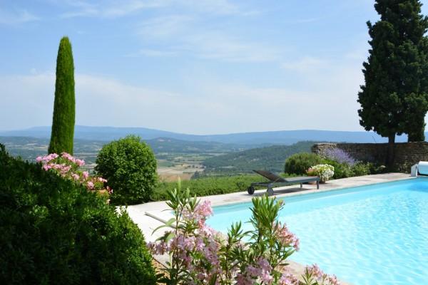 Vue spectaculaire sur la plaine de Gordes et le Luberon