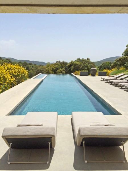 La piscine de cette maison moderne en location